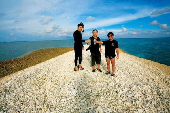 The Chinese National Geography team pose on  top of the island at Luconia Breakers 琼台礁